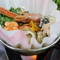 *スタンダード会席一例/海老、ホタテ、牡蠣など、季節により旬の食材を詰め込んだ鍋料理。