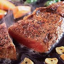 【ビーフステーキ】 ※ジューシーでボリューム満点のビーフステーキで、お腹いっぱい!
