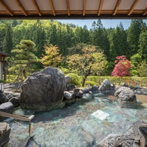 晴天の陽が差す大浴場 喜久の湯 庭園露天風呂 心も身体もきっと癒されるはず。