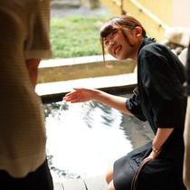 ゆっくり湯に浸って、誰にも邪魔されない時間に浸って温かい会話を愉しむ。