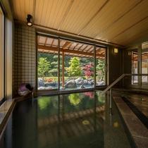 大浴場「喜久の湯」。目の前には、豊沢川が流れています。