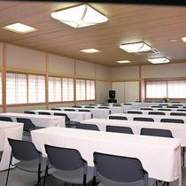大会議室は100名様まで、中会議室は50名様までご利用頂けます。