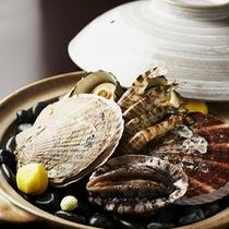 【夕食一例】*伊豆近海の獲れたての海鮮類を熱い石の上で香ばしく焼きながら、素材の旨みを堪能下さい!