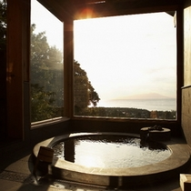 【別荘:閑-kan-】*空を浮遊するような眺め。二面をガラスで囲んだ展望風呂、是非堪能下さい。