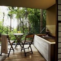 【本館:蘇芳-suou-】*1階10畳 木製露天風呂付オープンテラス。貸切風呂やお食事処に近く便利。