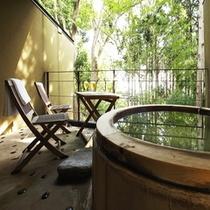 【本館:紅紫-koshi-】*2階10畳 木製露天風呂付オープンテラス。円型の檜風呂になります。