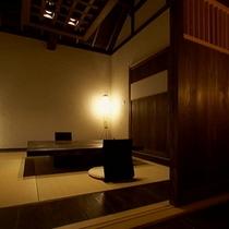 【別荘:悠‐yu‐ダイニング】*高い天井に太い梁、デッキにつながる床暖房のリビングです。