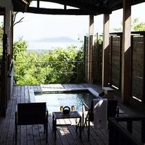 【別荘:悠‐yu‐】*解放感溢れる、ウッドデッキ。温泉を満たした湯船から伊豆大島を望めます。