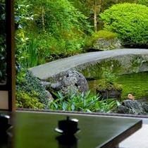 【客室からの眺め】庭園:お茶を飲むひととき