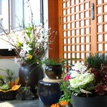 *【入り口】女将が生けた季節の草花が、お客様を華やかにお迎えいたします。