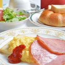 *ご朝食一例/朝日と共にいただく洋食の定番。ふわふわスクランブルエッグにサラダ、パン、コーヒー。
