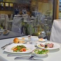 """*レストラン""""アゼリア""""/大きな窓から望む日本庭園を眺めながらお食事をお愉しみ下さい。"""