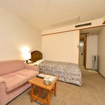 *スペシャルシングル(客室一例)/二人掛けソファを配したゆっくり寛げるお部屋。