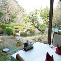 *【レストラン】窓から庭園を眺めながらお食事を楽しめます。