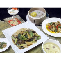 *夏のスパイシー中華~牛肉とアスパラのあんかけ焼きそばや文甲イカと季節野菜のピリ辛炒めがメイン