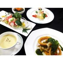 *夏の彩り洋食~鶏胸肉とソフトサラミのサラダ仕立てや白身魚と小エビの網焼きバジルなど