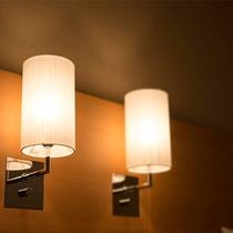 【客室一例】枕元調整のライトで使い勝手重視。お客様の声、ホテルスタッフの声を取り入れた客室です。