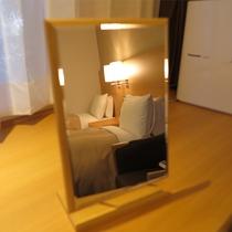 【客室一例】卓上ミラー。お化粧等でも光の角度を調整しながらお使いいただけます。