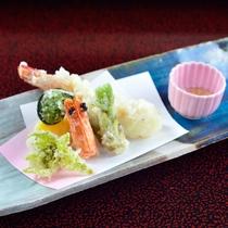 *夕食一例/色鮮やかなお料理が並びます。