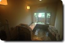 グーテライゼの岩風呂・窓は一面杜の中