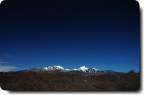 冬の八ヶ岳宇宙のような群青色の空