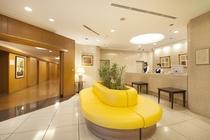 明るい雰囲気のロビー  フロントは2階にございます