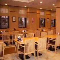 レストラン内座席は50席ほどございます。団体様のご利用も可能です。お気軽にご相談くださいませ。