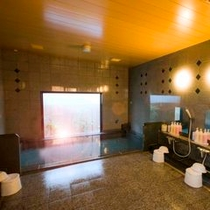 男性大浴場です。洗い場は6ヶ所あります。ゆったりとおくつろぎ下さい深夜2時まで