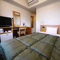 シングルルームは140cmベットで広々利用頂けます。12.7㎡です。
