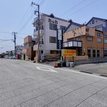 """*日本最大朝市の一つ""""勝浦朝市""""の会場まで徒歩2分!観光アクセスの拠点にご利用下さい。"""