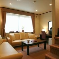 【本館メゾネット1階】1階のリビングと2階の寝室に分かれています。本館で一番人気のお部屋です♪