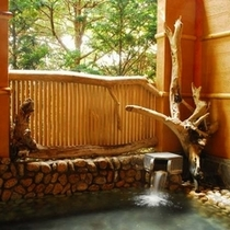 ■女性露天風呂■ 木漏れ日がまぶしい露天風呂