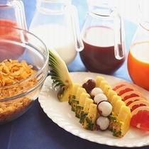 【朝食】ジュース・コーンフレーク・フルーツ・コーヒー・紅茶はご自由にお召し上がりいただけます♪