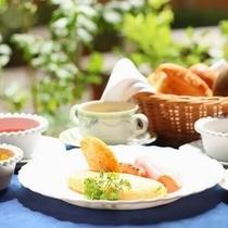 【朝食例】やっぱり朝はおいしい卵料理にあつあつパン♪人気のふわっとろオムレツも♪