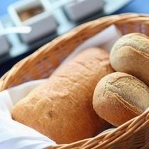 【ディナー例】実は人気のあつあつパン!おかわり自由です♪