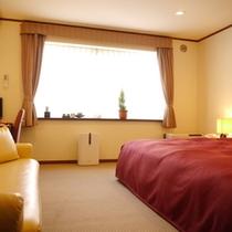 【本館キングダブル】230cmのシモンズ社製のベッドで広々♪添寝の赤ちゃんも安心のお部屋です