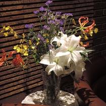 *館内一例:季節のお花を飾っております♪