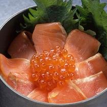 鮭とイクラの親子丼の一例