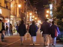 (温泉街)夜遅くまで賑わう城崎の温泉街の一例