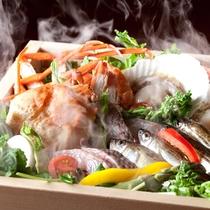 獲れたて新鮮な魚介類をお楽しみください。 「旬鮮籠蒸し」の一例