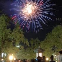 夏の(平日)城崎温泉では、打ち上げ花火や縁日を開催し、暑気を払います。夏にも是非お越しください。
