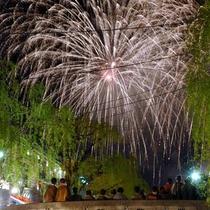 夏(の平日)には夏物語・夢花火で打ち上げ花火も上ります。大谿川の河口で上がるので、迫力ありますよ。