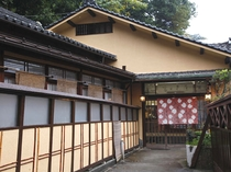 富士見屋の玄関です。「 お疲れさまでした。どうぞ、お入りください 」
