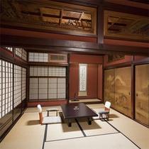 【鶏之間】美しい襖絵や欄間に施された匠の技をご覧いただける客室。