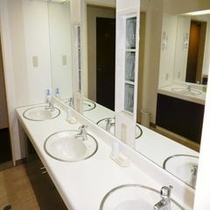共用の洗面スペースはゆとりある造りになっています