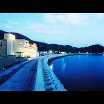 当館の夕景。海に映りこむライトが夜が更けていくと幻想的に…