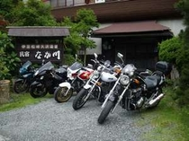 バイクライダーも大歓迎 バイク用屋根付き駐車場もあります