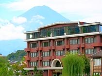 夏の富士山と当館