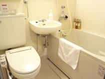 【バスルーム】広めのバスタブでごゆっくりおくつろぎ下さい。