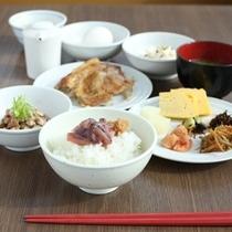【朝食】健康をテーマに、地元食材と旬の素材をふんだんに使用しています。